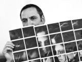 Il fotografo Maurizio Galimberti con una sua opera multi Polaroid.crop_display.jpg