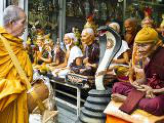 Thailandia, Bangkok, monaco buddista e articoli religiosi.crop_display.jpg